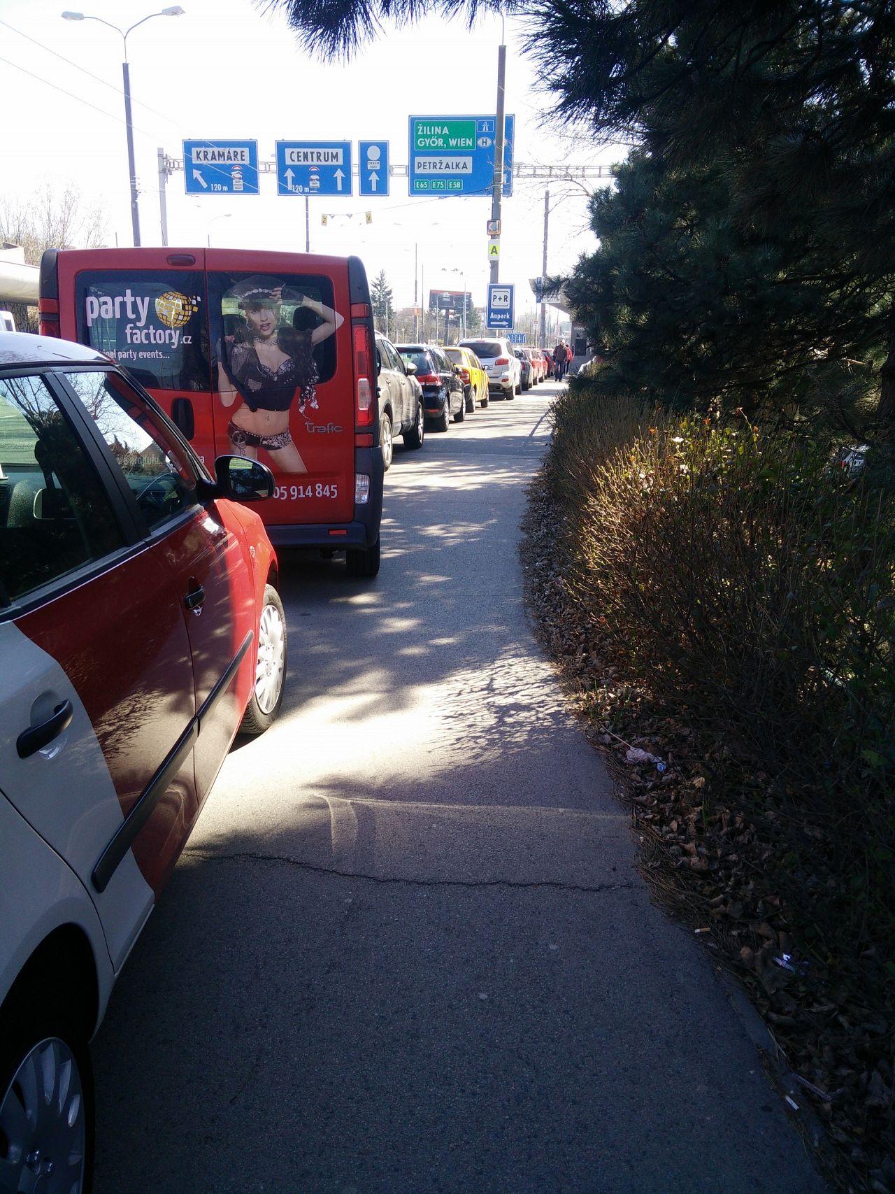 7fc0995134 Parkovanie na chodniku na Patrónke