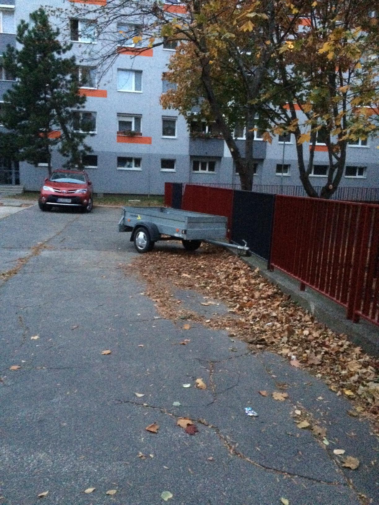 f8fa4771e Prívesný vozík odstavený na chodníku Vyšehradská ulica, Petržalka ...